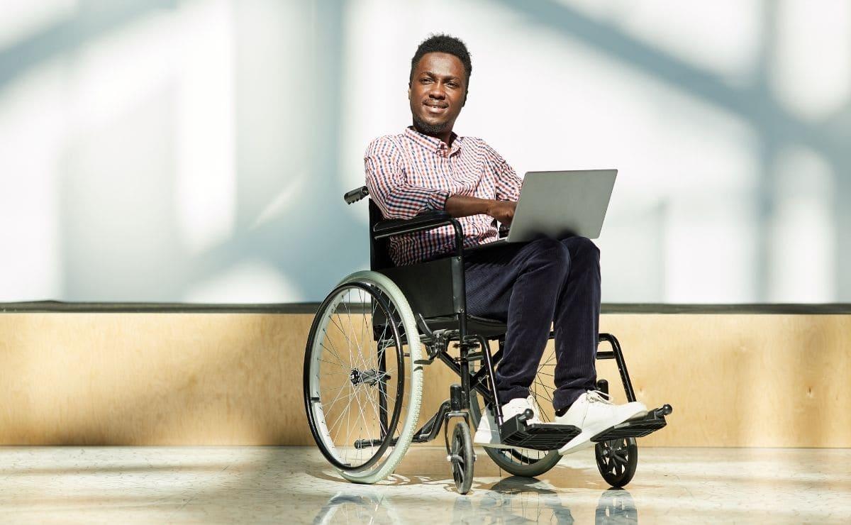 persona con discapacidad empleo estudiante ordenador silla de ruedas