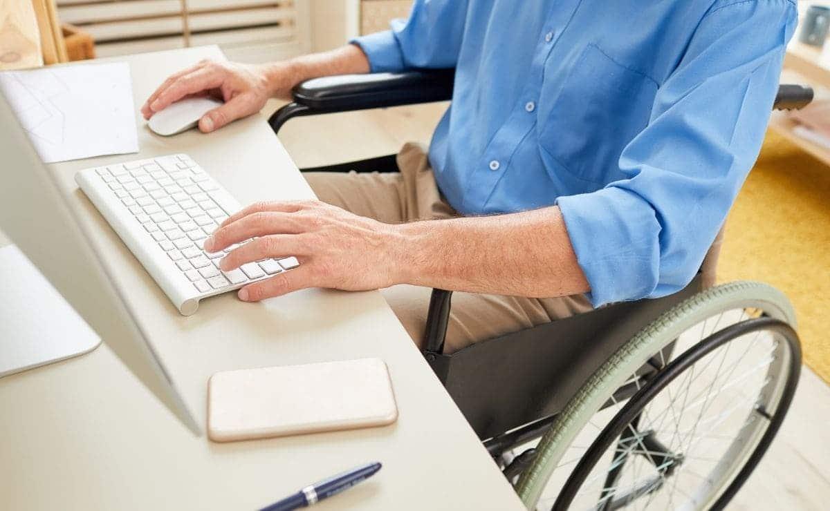 persona en silla de ruedas ordenador cursos discapacidad Fundacion ONCE