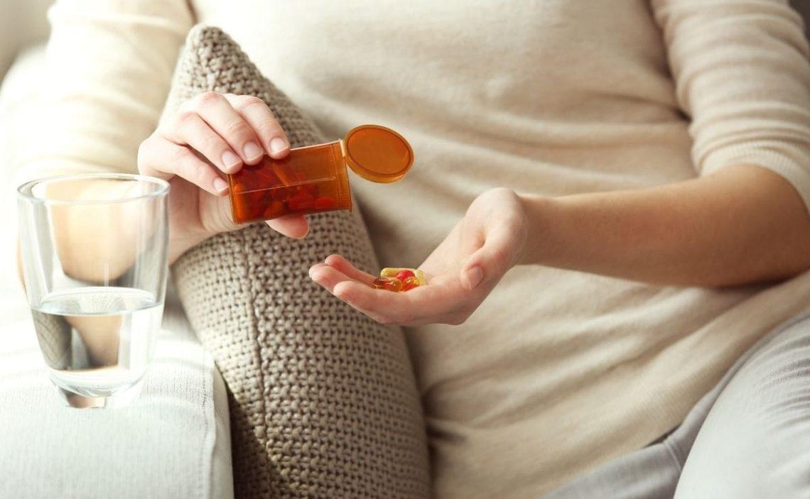 persona tomando vitamina B12