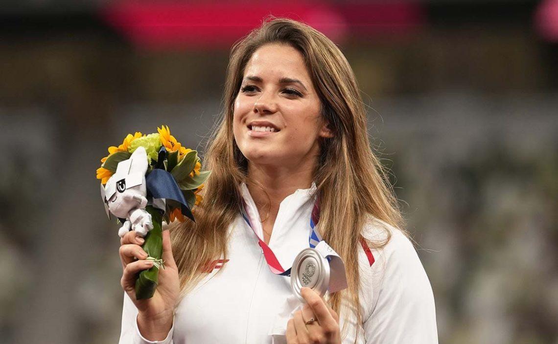 Maria Andrejczyk dona su medalla