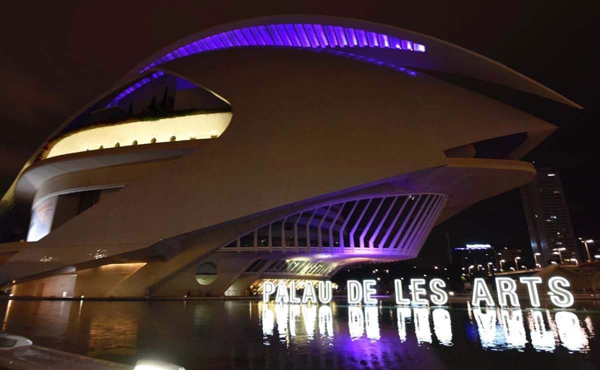 Palau de les arts Valencia iluminado purpura discapacidad