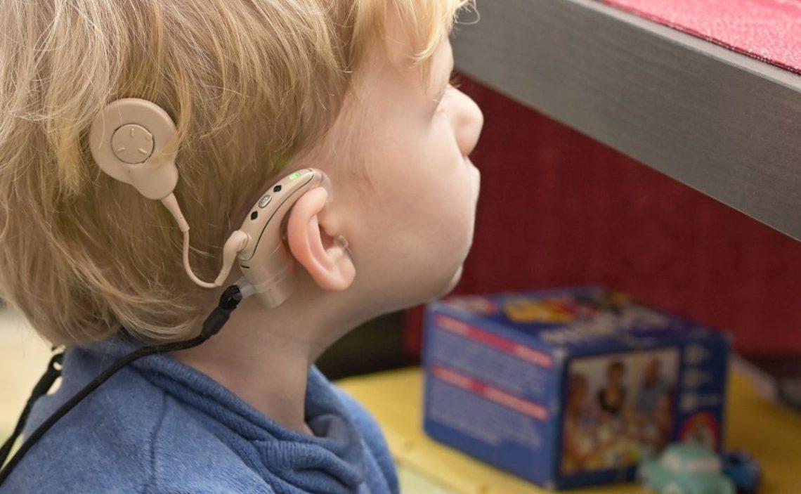 implante coclear niño discapacidad auditiva