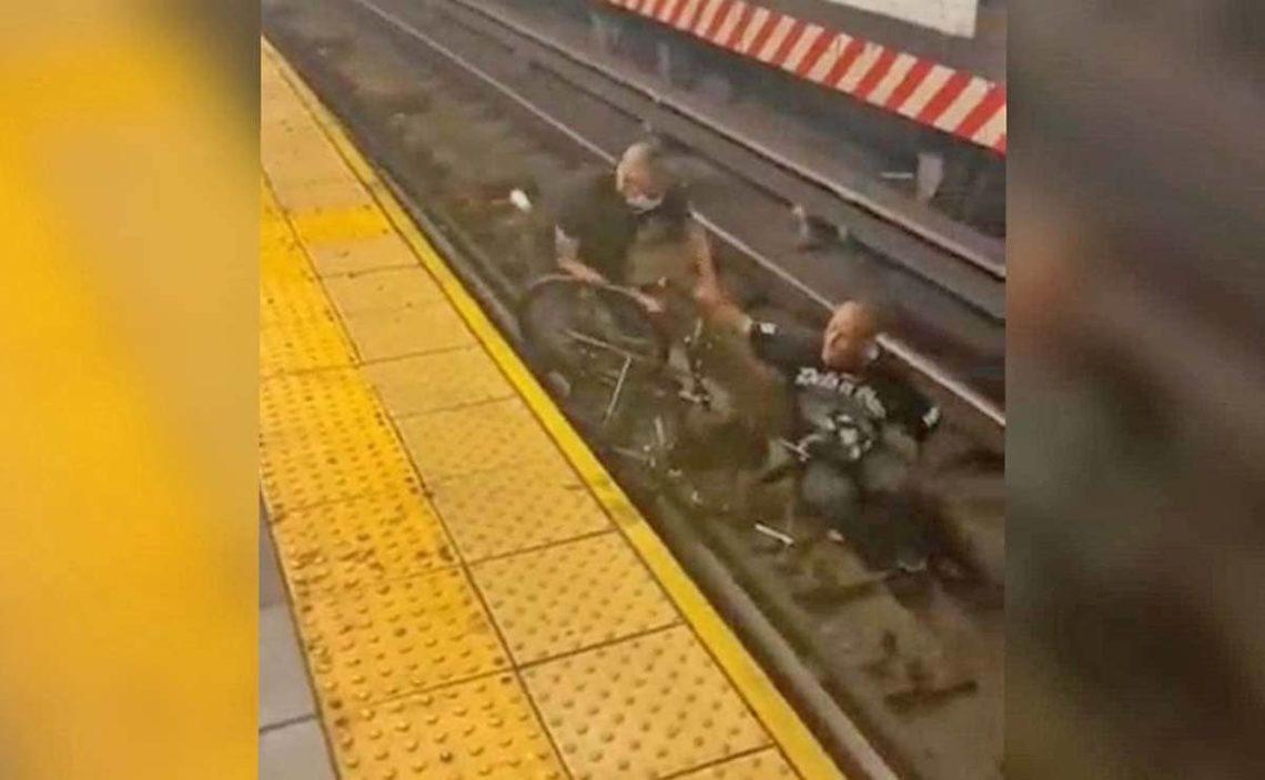 persona con discapacidad silla de ruedas cae vias del tren