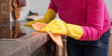 Una mujer limpiando con bicarbonato y vinagre