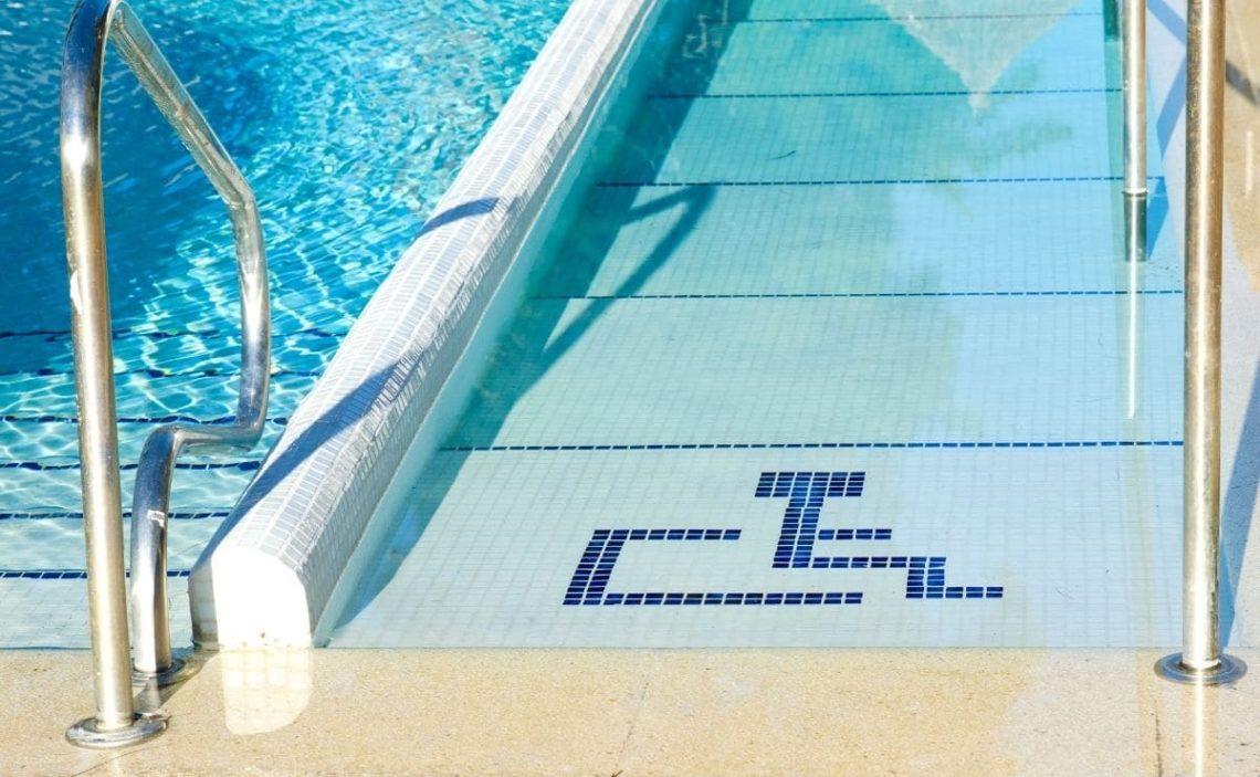 piscina accesible accesibilidad personas con discapacidad movilidad reducida rampa
