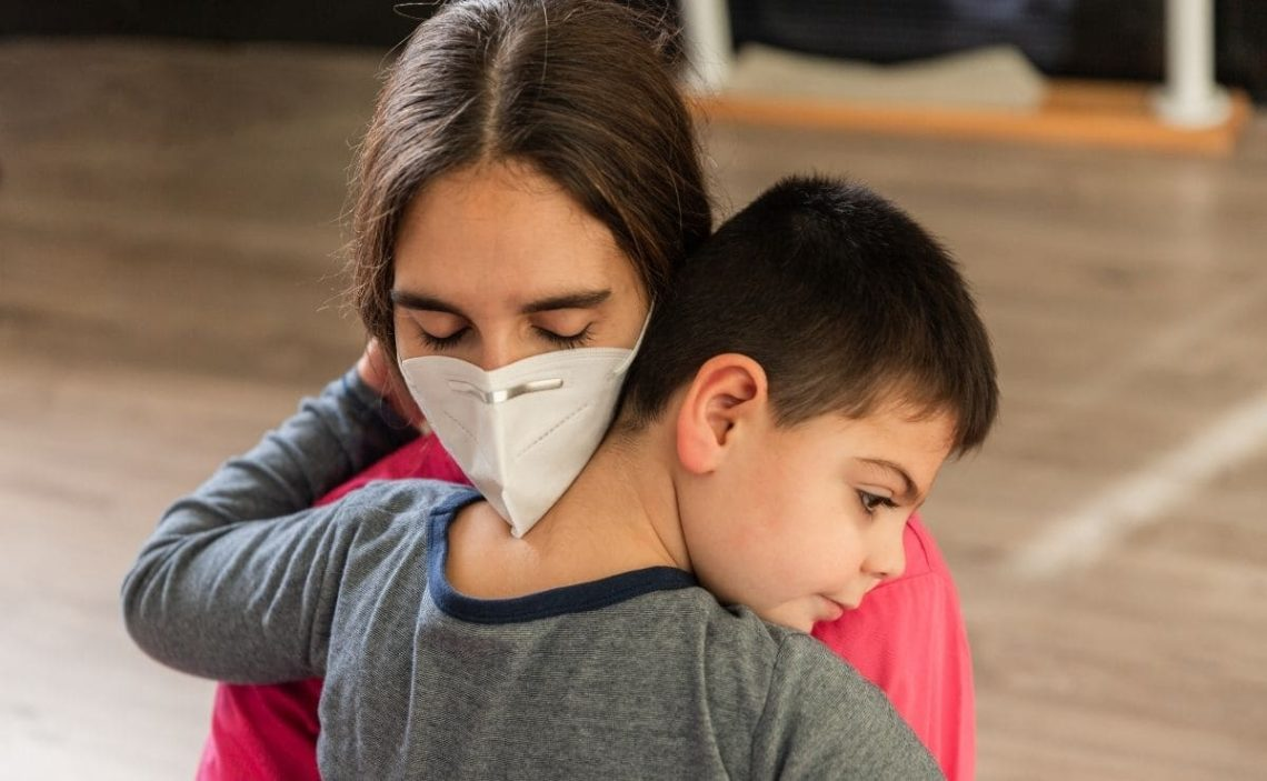 niño con discapacidad covid-19 abrazo madre