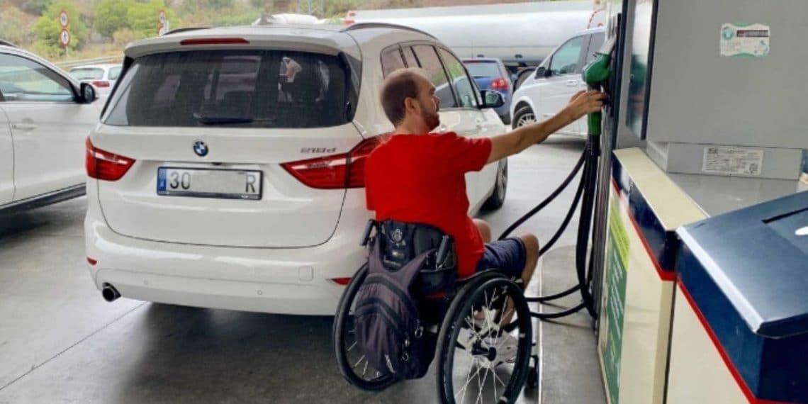 persona silla de ruedas accesibilidad gasolinera