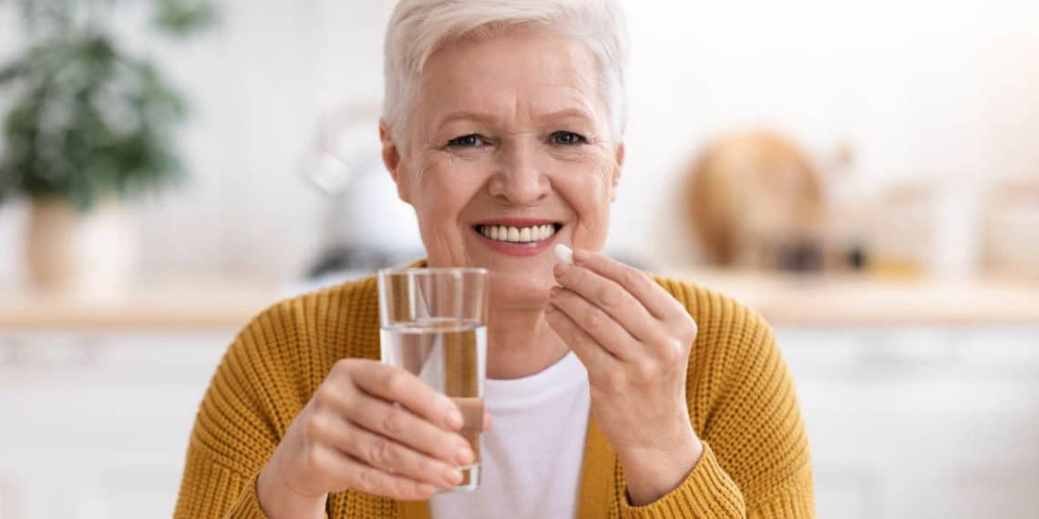 Persona tomando vitamina C vitamina D