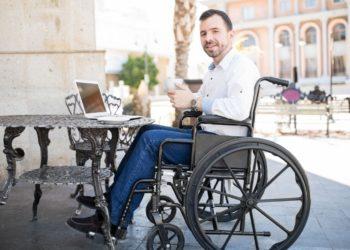 persona con discapacidad silla de ruedas restaurante