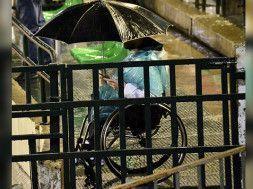 betico en silla de ruedas lluvia
