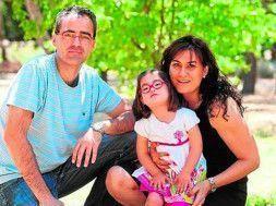 padres proteguiendo a niña con discapacidad